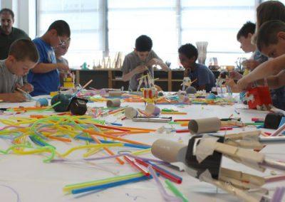Scribbling-Machines-tutti-impegnati-nella-costruzione-dei-robot-500x384