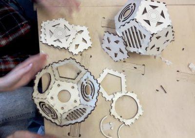 Scuole-al-Fablab-montaggio-dei-paralumi-laser-cut-per-i-ragazzi-di-terza-media-500x384